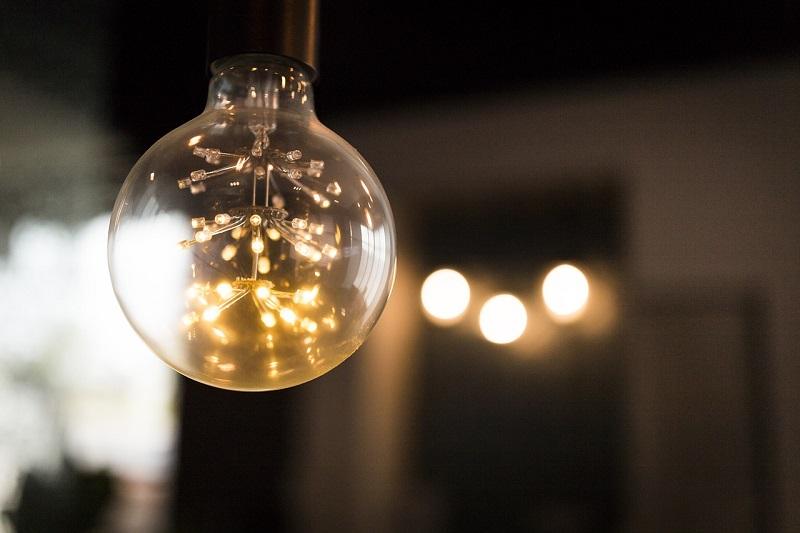 Oświetlenie wewnętrzne to najczęściej lampy wyposażone w żarówki